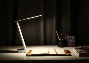 מנורת שולחן עם טעינה QI
